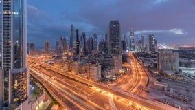 Vista dell'orizzonte delle costruzioni di Sheikh Zayed Road e della notte di DIFC al timelapse di giorno nel Dubai, UAE stock footage