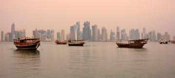 Vista dell'orizzonte di Doha nel Qatar all'alba Immagine Stock