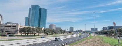 Vista dell'orizzonte di Irving, il Texas dal cielo blu di John Carpenter Freeway immagini stock libere da diritti