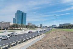 Vista dell'orizzonte di Irving, il Texas dal cielo blu di John Carpenter Freeway fotografia stock libera da diritti