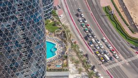 Vista dell'orizzonte di traffico dell'intersezione sulla via di Al Saada vicino al timelapse di DIFC nel Dubai, UAE stock footage