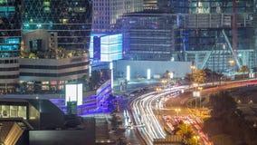 Vista dell'orizzonte di traffico dell'intersezione sulla via di Al Saada vicino al timelapse di notte di DIFC nel Dubai video d archivio