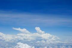 Vista dell'orizzonte sopra le nuvole dall'aereo di aria Immagine Stock