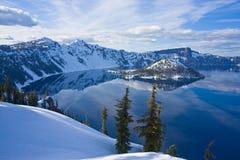 Vista dell'orlo del lago crater fotografie stock libere da diritti