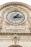 Vista dell'orologio di parete nel museo di Orsay del ` di D ` Orsay di D - un museo sulla riva sinistra della Senna, è alloggiata Fotografia Stock