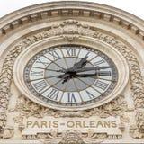 Vista dell'orologio di parete nel museo di Orsay del ` di D ` Orsay di D - un museo sulla riva sinistra della Senna, è alloggiata Immagine Stock Libera da Diritti