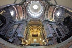 vista dell'Pesce-occhio dell'interno della basilica di San Gaudenzio immagini stock libere da diritti
