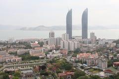 vista dell'Uccello-occhio delle torri gemelle e del campus universitario di Xiamen nella città di Xiamen, Cina sudorientale Immagine Stock