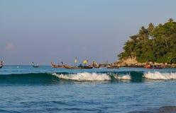Vista dell'unità di elaborazione di Ko dell'isola dalla spiaggia Phuket, Tailandia di Kata immagine stock