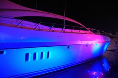 Vista dell'yacht con illuminazione del partito in spiaggia del sud Fotografia Stock