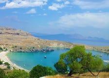 Vista della baia con gli alberi in Lindos, Rodi, Grecia fotografie stock