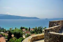 Vista della baia di Boka-Kotorska dalla fortezza Castelnuovo La città di Castelnuovo nel Montenegro La fortezza in Città Vecchia immagine stock libera da diritti