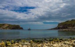 Vista della baia di Lulworth fuori al mare fotografia stock libera da diritti