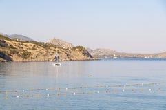 Vista della baia di Mar Nero e dell'yacht attraccato di estate, villaggio di Novyi Svit (nuovo mondo) in Crimea, Ucraina Fotografia Stock
