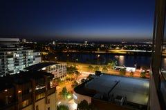 Vista della baia di Melbourne alla notte immagine stock