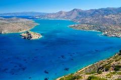 Vista della baia di Mirabello con l'isola di Spinalonga su Crete Fotografia Stock Libera da Diritti