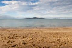 Vista della baia di missione con il fondo dell'isola di Rangitoto, Auckland, nuovo Fotografia Stock