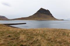 Vista della baia di Olavsvik con un piccolo bacino. Fotografie Stock Libere da Diritti