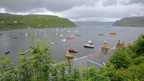 Vista della baia di Portree da Portree con i tetti di ardesia tradizionali nella priorità alta, isola di Skye, altopiani, Scozia, Immagini Stock Libere da Diritti