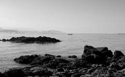 Vista della baia di Vigo, Galizia, Spagna con le rocce del mare ed i pescatori all'orizzonte immagine stock libera da diritti