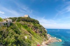 Vista della baia e della fortezza su una roccia, Toscana, Fotografia Stock