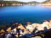 Vista della baia a Porto Azzurro, Italia Fotografia Stock