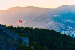 Vista della bandiera del turco sul castello di Alanya Fotografia Stock