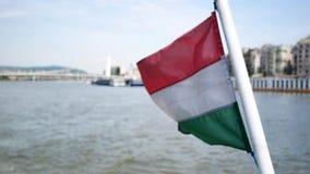 Vista della bandiera dell'Ungheria e del Danubio stock footage