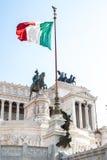 Vista della bandiera nazionale italiana davanti al della Patria di Altare Immagine Stock