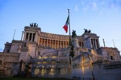 Vista della bandiera nazionale italiana davanti all'altare di Patria di della di Altare della patria Fotografia Stock Libera da Diritti