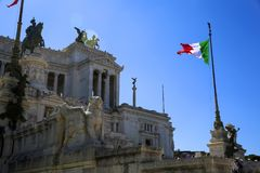 Vista della bandiera nazionale italiana davanti all'altare di Patria di della di Altare della patria, la scultura equestre a Roma Fotografia Stock