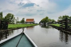 Vista della barca del canale rurale del terreno coltivabile nell'Olanda Settentrionale fotografie stock