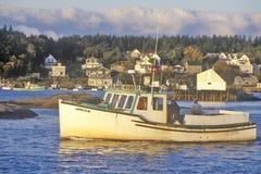 Vista della barca in porto nel villaggio dell'aragosta, ME, isola deserta del supporto Immagini Stock Libere da Diritti