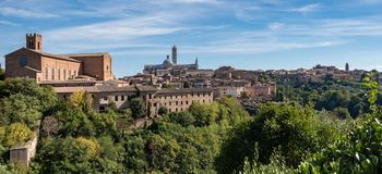 Vista della basilica di St Dominic e della cattedrale di Siena Immagine Stock
