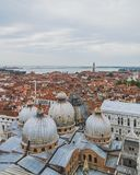 Vista della basilica e della città di St Mark di Venezia immagine stock libera da diritti