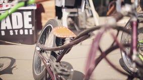 Vista della bicicletta variopinta insolita fatta di molti dettagli differenti Giorno pieno di sole di estate veicolo stock footage