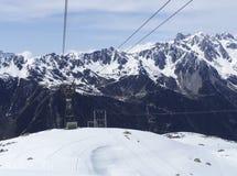 Vista della cabina di funivia da Chamonix-Mont-Blanc alla montagna di Aiguille du Midi Immagini Stock Libere da Diritti