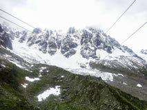 Vista della cabina di funivia da Chamonix-Mont-Blanc alla montagna di Aiguille du Midi Immagini Stock