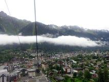 Vista della cabina di funivia da Chamonix-Mont-Blanc alla montagna di Aiguille du Midi Fotografia Stock Libera da Diritti