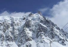 Vista della cabina di funivia da Chamonix-Mont-Blanc alla montagna di Aiguille du Midi Fotografie Stock