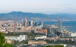 Vista della cabina di funivia della città di Barcellona e linea costiera della Spagna Immagini Stock