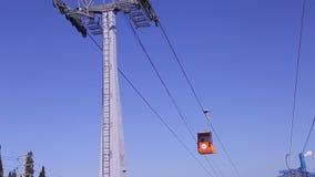 Vista della cabina di funivia della gondola della teleferica sul fondo del cielo blu archivi video