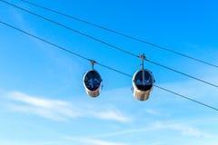 Vista della cabina di funivia della gondola della teleferica sul fondo del cielo blu immagine stock