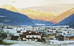 Vista della campagna in Svizzera innevata al tramonto Fotografia Stock Libera da Diritti