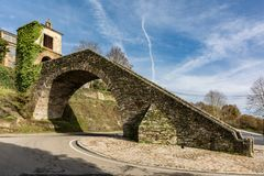 Vista della cappella della neve in Portomarin nella provincia di Lugo, punto fondamentale sul modo alla strada francese di Santia fotografia stock libera da diritti