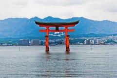 Vista della cartolina del portone shintoista gigante di Miyajima Fotografia Stock Libera da Diritti