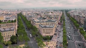 Vista della casa d'angolo e del centro storico, viale Champs-Elysees movimento lento di Parigi, Francia Automobili di paesaggio u archivi video