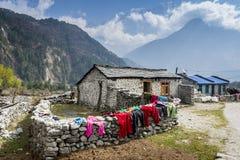 Vista della casa locale in montagne Himalayan centrali Immagine Stock Libera da Diritti