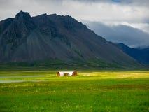 Vista della casa nella valle dell'alta montagna Fotografia Stock Libera da Diritti