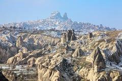 Vista della Castle Rock di Uchisar in Cappadocia nell'inverno, Turchia Fotografia Stock Libera da Diritti